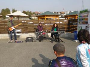 まどか村でバンド演奏
